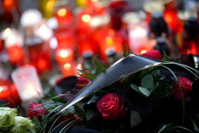 Okolí místa tragédie v roce 2015 zaplnily květiny a svíčky