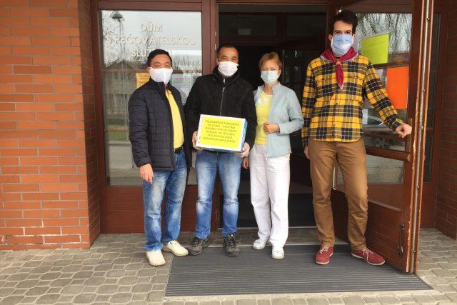 Roušky od vietnamské komunity pomáhají i v pečovatelských domech