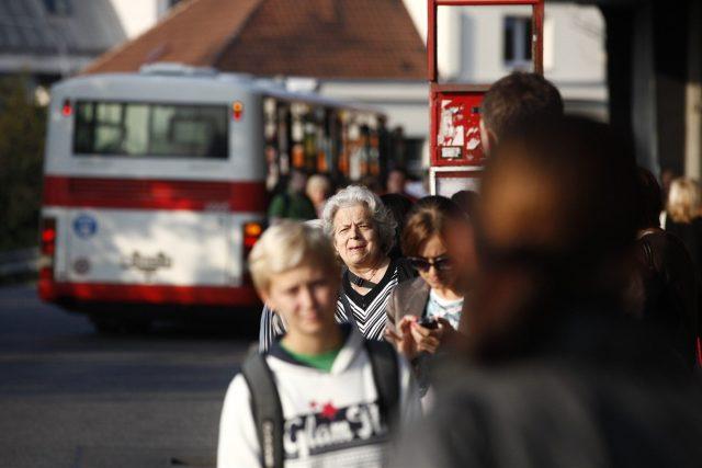 Cestující čekající na spoj MHD (ilustrační)