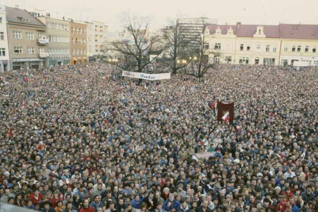Dav na náměstí Míru ve Zlíně po revoluci