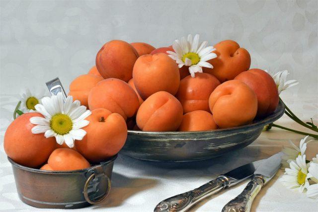Oranžové ovoce, které Češi milují. To jsou meruňky (ilustrační foto)