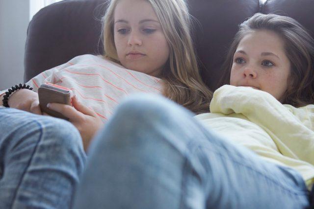 Děti a mládež by měla sledovat zprávy pro dospělé, co nejméně