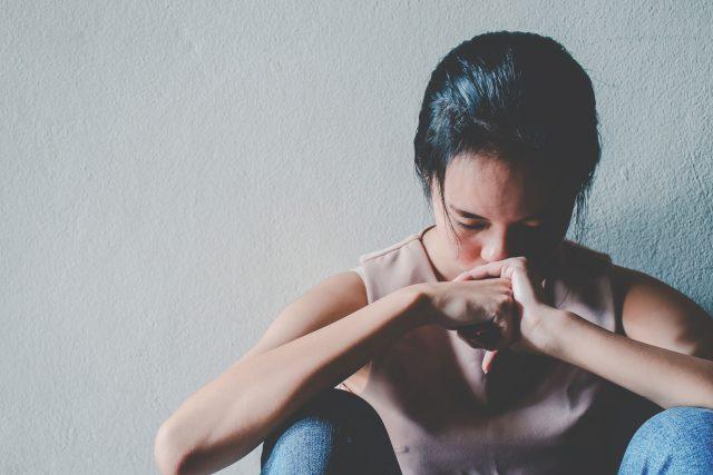 Žena, smutek, zklamání, podvod (ilustrační)