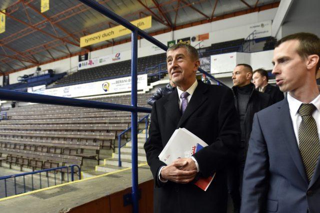 Premiér Andrej Babiš (vlevo) a zlínský primátor Jiří Korec si prohlížejí zimní stadion Luďka Čajky ve Zlíně