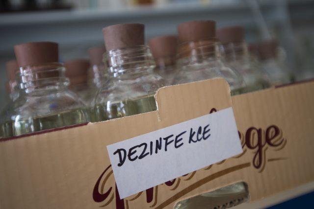 Střední průmyslová škola chemická Pardubice vyrábí v těchto dnech dezinfekci, která je v souvislosti s opatřeními proti šíření koronaviru nedostatkovým zbožím