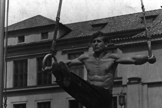 Ladislav Vácha při cvičení před Tyršovým domem v Praze (fotoarchiv Muzea jihovýchodní Moravy ve Zlíně).JPG