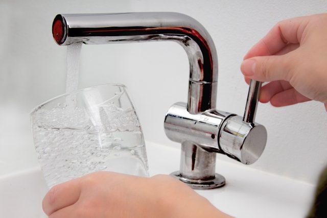 Voda, cena, pitná voda, stočné (ilustrační)