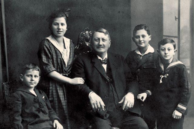 Zikmund Jelínek s vnoučaty | foto: Archiv firmy RUDOLF JELÍNEK a. s.