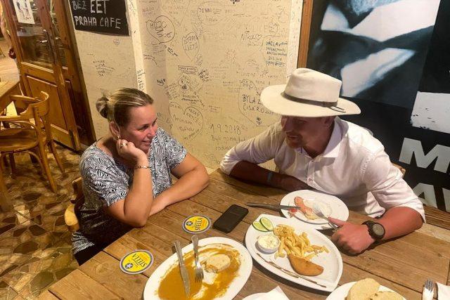 restaurace Praha v egyptské Hurghadě  (tomáš Vaňourek a vedoucí restaurace Marcela) | foto: Expedice Z101  (bodhi.style s.r.o.)