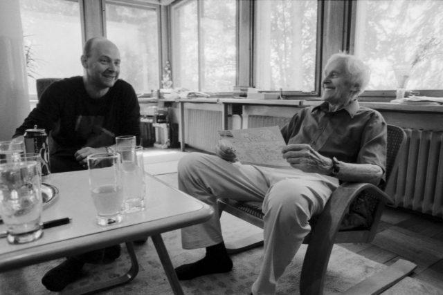 Režisér Petr Horký s Miroslavem Zikmundem při natáčení dokumentu k jeho 95. narozeninám
