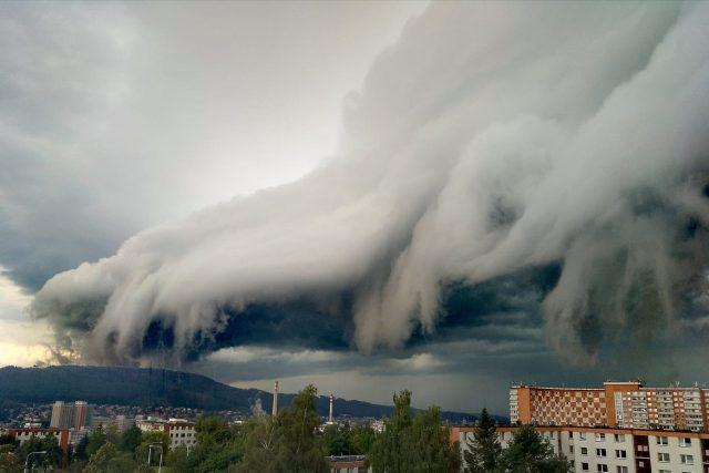 Sociální sítě v pondělí večer zaplnily fotografie mraku,  který se zformoval nad Zlínem. | foto: Jana Harníková Tomanová