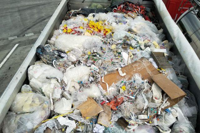 Při kontrole nákladního vozu na dálnici D55 na Zlínsku odhalili celníci náklad směsného odpadu z Itálie,  ke kterému neměl řidič správné doklady | foto: Celní správa ČR