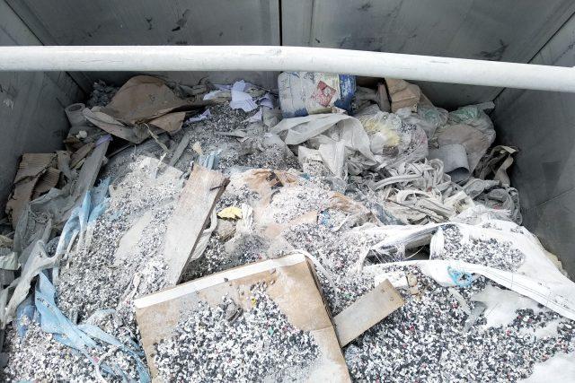 """""""Celní úřad pro Zlínský kraj zjistil kontrolou nákladní soupravy provedenou na dálnici D55 přepravu celkem 20 860 kg směsného odpadu z Itálie, ke kterému přepravce nepředložil potřebné doklady,"""" popsal Janiš na webu celní správy"""