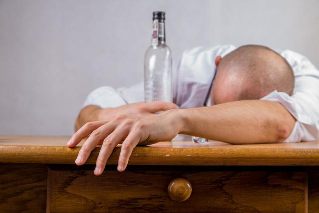 Unavený konzument tvrdého čirého alkoholu (ilustrační snímek)