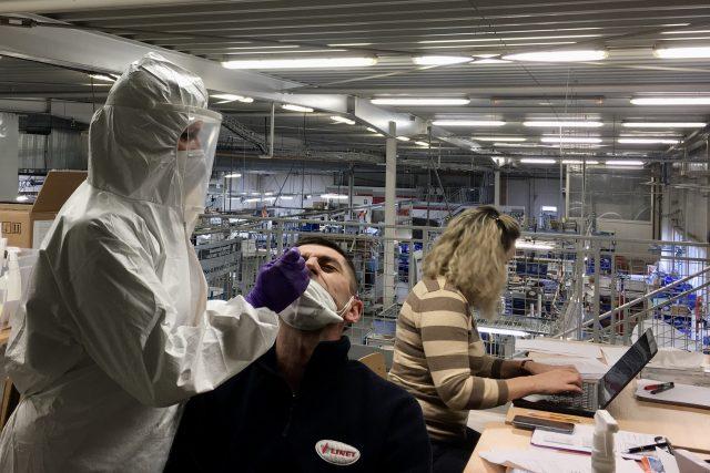 Testování ve firmách nad 250 zaměstnanců začalo ve středu