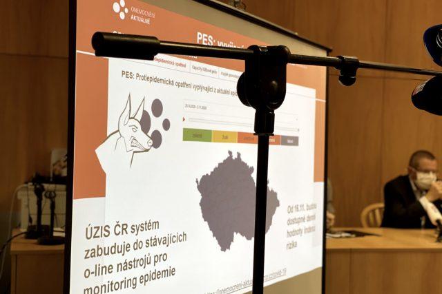 Ministr zdravotnictví Jan Blatný (za ANO), hlavní hygienička Jarmila Rážová a ředitel ÚZIS Ladislav Dušek na tiskové konferenci představují systém PES