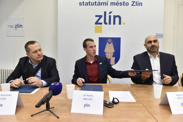 Zleva Roman Kaňovský a Jiří Korec z ANO a Aleš Dufek z KDU-ČSL při podpisu koaliční smlouvy ve Zlíně