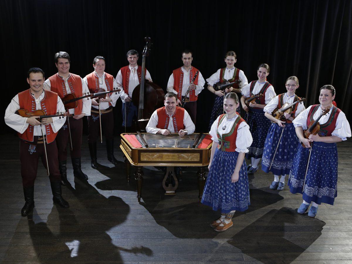 75d695db95f Cimbálová muzika Kašava s primášem Petrem Králem.